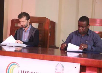 Paolo Ghisu e Daviz Simango durante la firma del memorandum